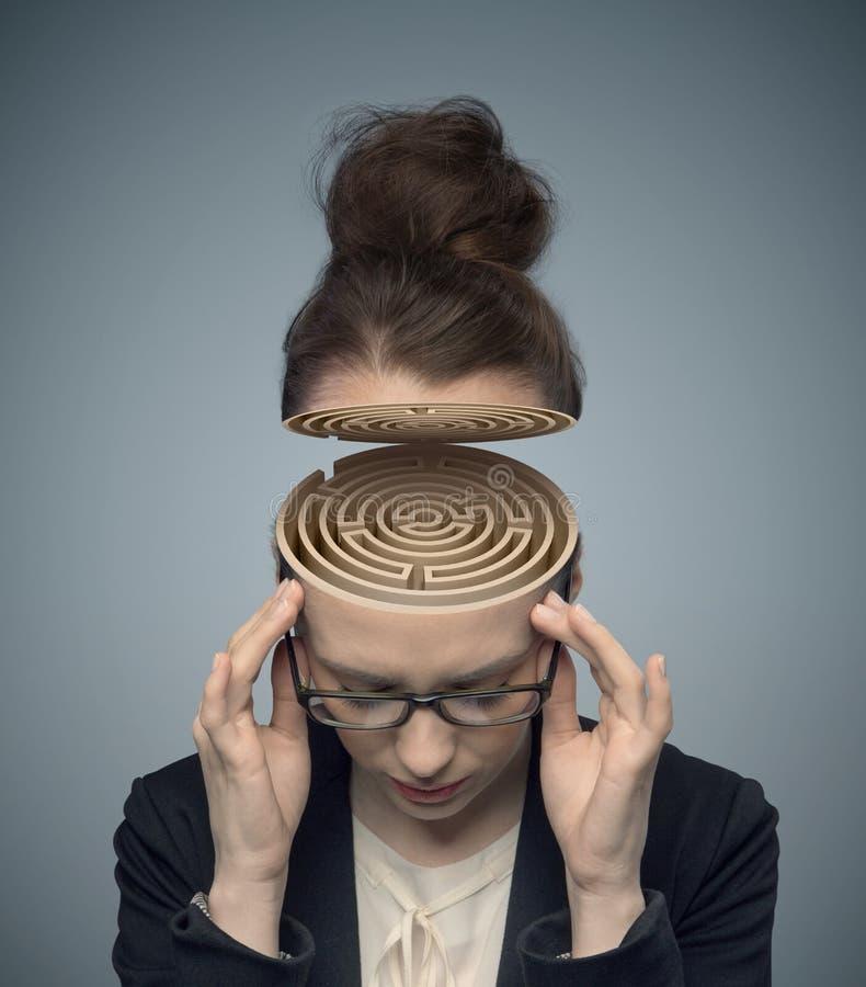 一个迷宫的概念性图象在妇女的脑子的 库存照片