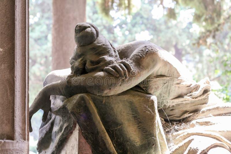 一个追悼的女孩的雕象 免版税库存照片