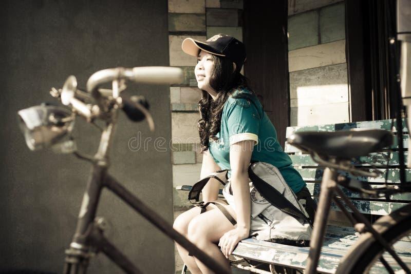 一个逗人喜爱的亚裔泰国妇女旅行家的画象 免版税库存照片