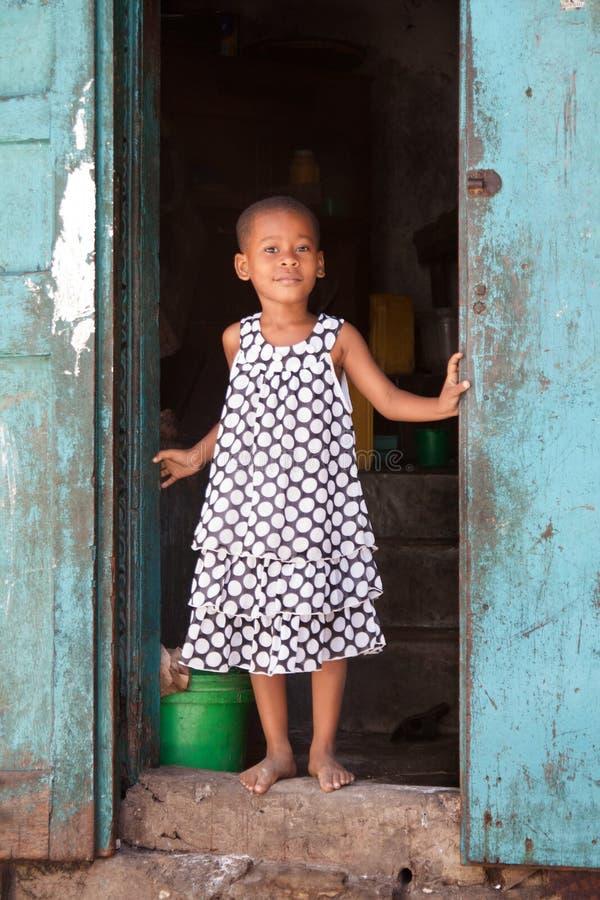 一个逗人喜爱的女孩在桑给巴尔石头城,桑给巴尔,坦桑尼亚 免版税库存图片