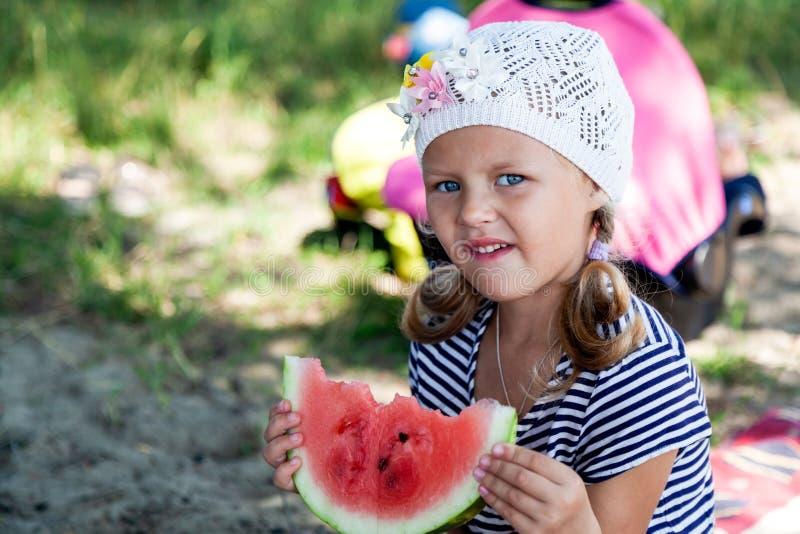 一个逗人喜爱的小女孩的画象 免版税库存照片