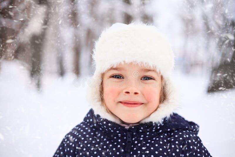 一个逗人喜爱的小女孩的画象多雪的天气的 免版税库存照片