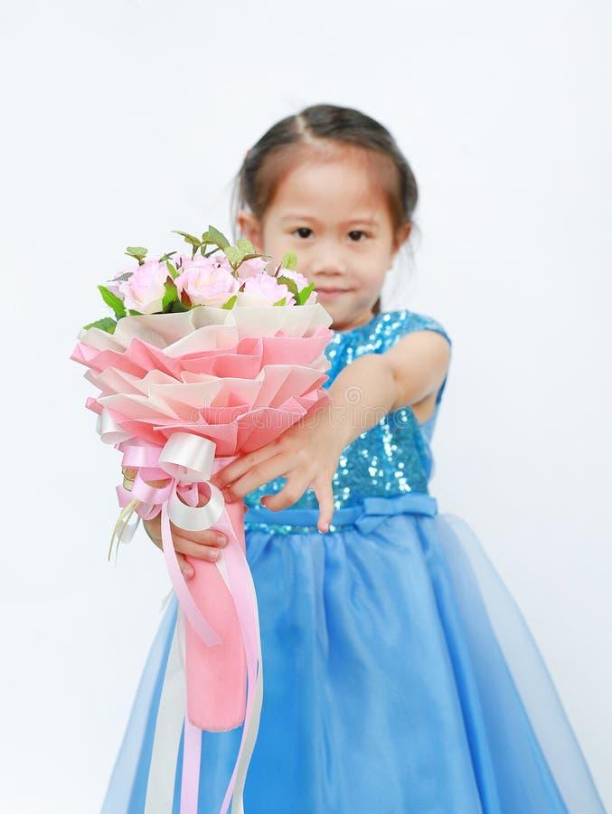 一个逗人喜爱的小孩女孩的画象有玫瑰花束的在白色背景的 免版税库存照片
