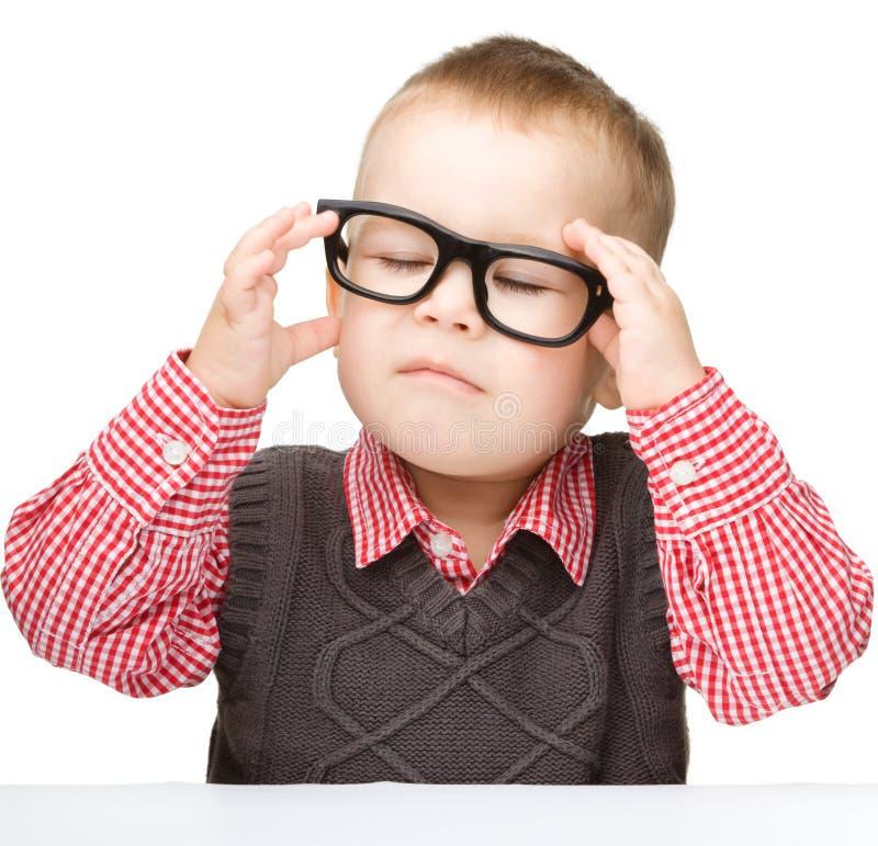 一个逗人喜爱的小男孩佩带的玻璃的纵向 免版税图库摄影
