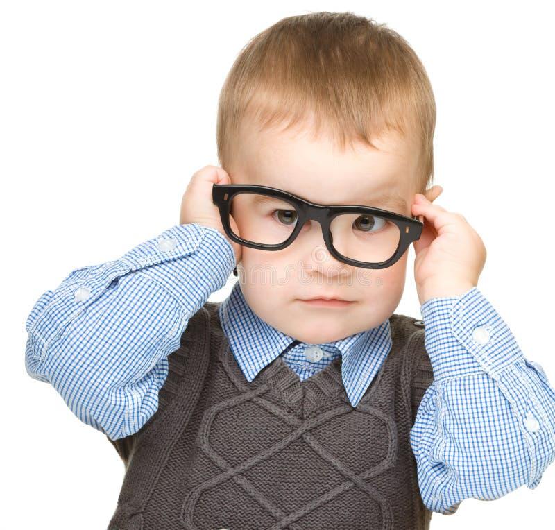 一个逗人喜爱的小男孩佩带的玻璃的纵向 免版税库存图片