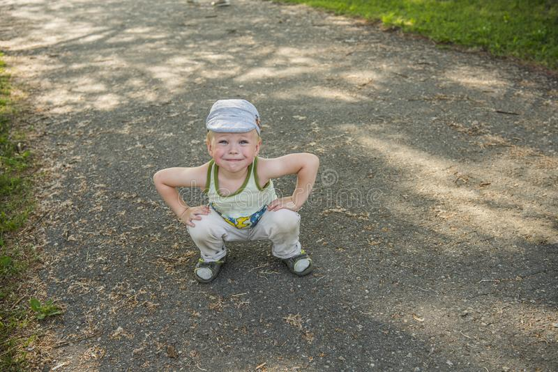 一个逗人喜爱的小男孩的室外画象穿过路 教育的概念与孩子的 库存图片