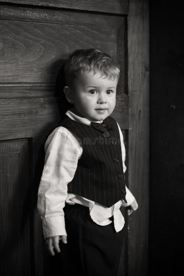 一个逗人喜爱的男孩的画象衣服的 库存照片