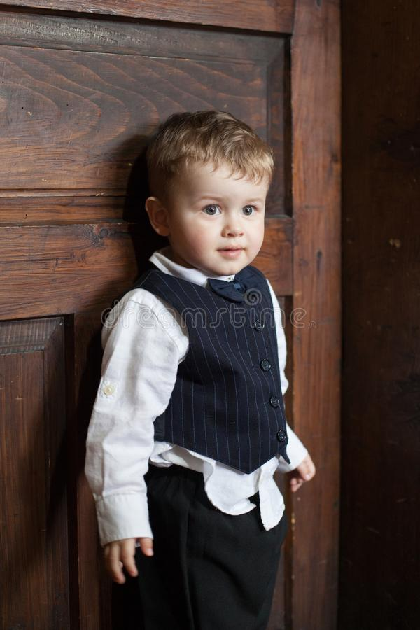 一个逗人喜爱的男孩的画象衣服的 免版税库存照片