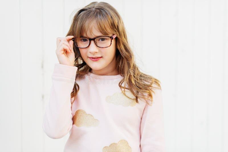 一个逗人喜爱的矮小的九岁的女孩的室外画象 免版税库存图片