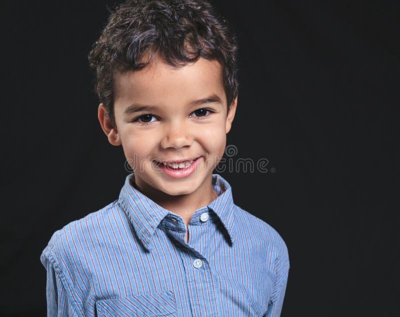 一个逗人喜爱的非裔美国人的小男孩的画象, blac的 免版税库存照片