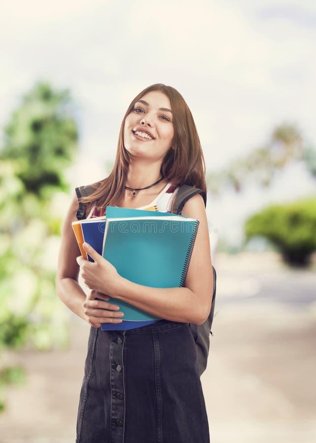 一个逗人喜爱的年轻学生女孩的画象 免版税库存照片