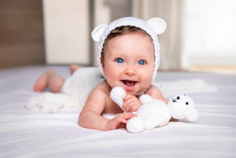 一个逗人喜爱,蓝眼睛的女婴的画象 免版税库存图片