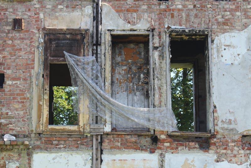 一个遗弃房子的Windows 库存图片