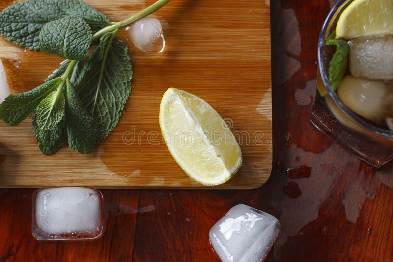 一个酒精鸡尾酒的成份:冰,薄菏,柠檬,石灰 兰姆酒,威士忌酒,科涅克白兰地 库存图片
