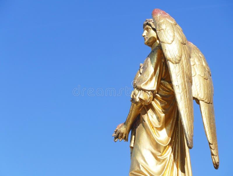 一个金黄天使的美丽的雕象 免版税图库摄影