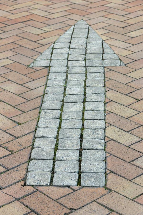 一个铺的路箭头 免版税图库摄影