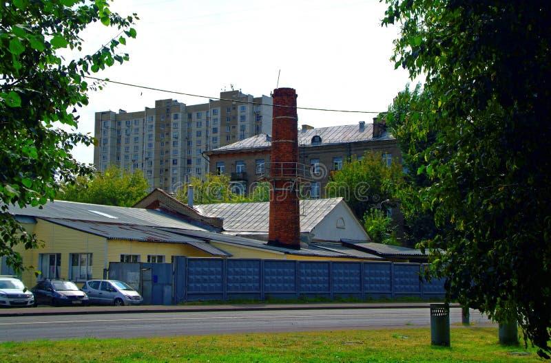 一个锅炉室的一个小砖烟囱在莫斯科 免版税图库摄影