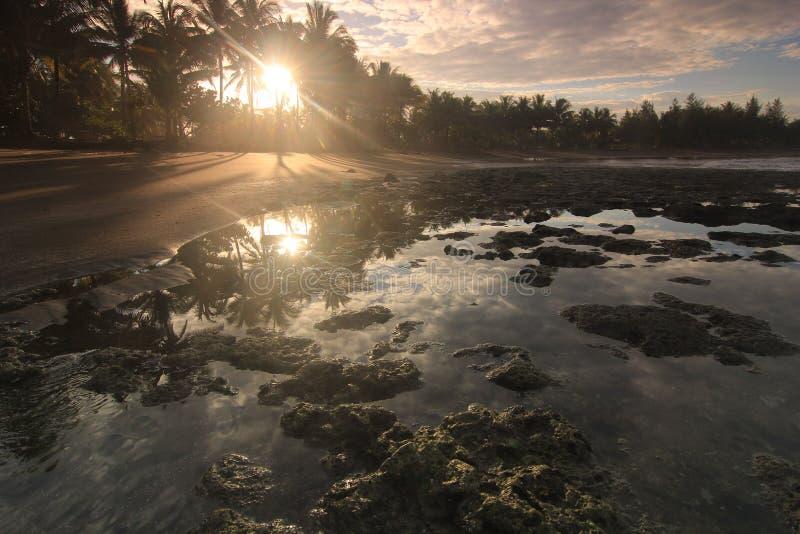 一个镇静海滩,有美丽的景色 免版税库存照片
