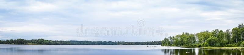 一个镇静湖的全景风景 免版税库存图片