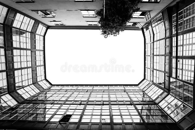一个长方形庭院的黑白照片 库存照片
