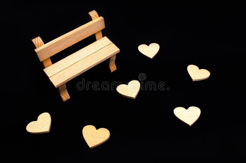 一个长木凳和心脏 参观的恋人的一个地方 倒空是 免版税库存照片