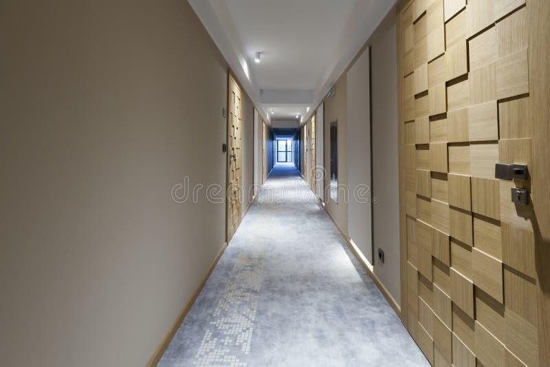 一个长的旅馆走廊的内部 库存图片