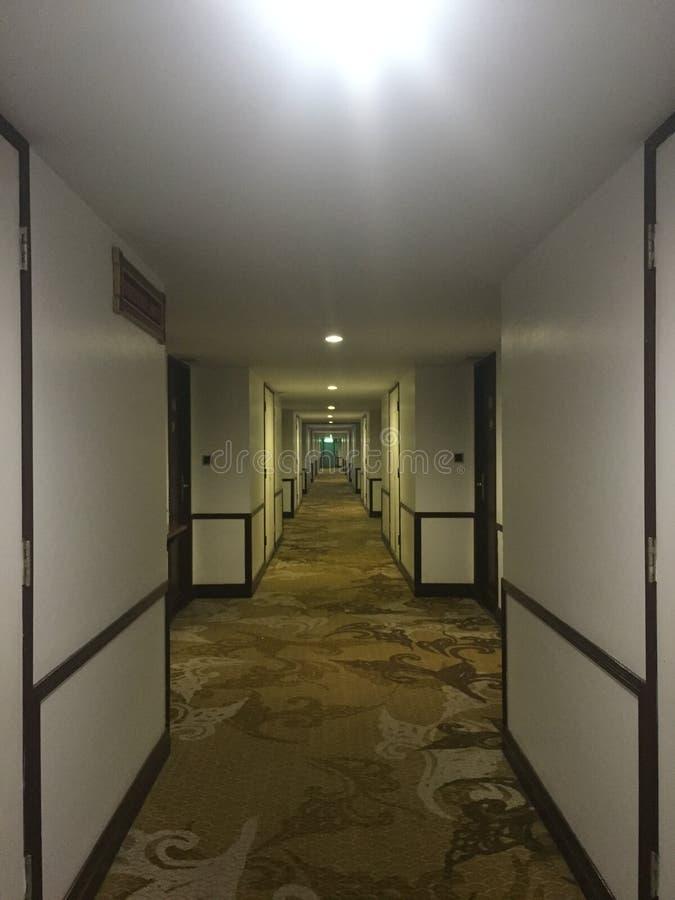 一个长的走廊在旅馆里 免版税库存照片