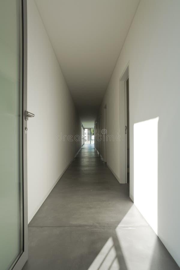一个长的走廊的新的室内设计公寓 免版税图库摄影