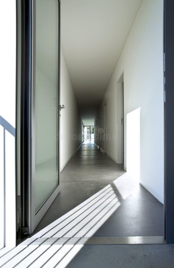 一个长的走廊的新的室内设计公寓 免版税库存照片