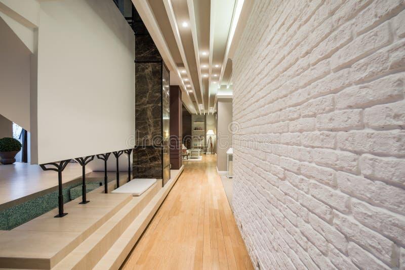 一个长的走廊的内部有白色砖墙的 免版税图库摄影