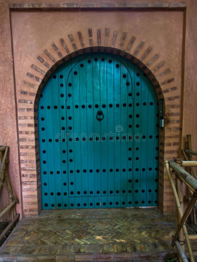 一个门的建筑细节在东方样式的在Majorelle庭院,马拉喀什,摩洛哥里 免版税库存图片