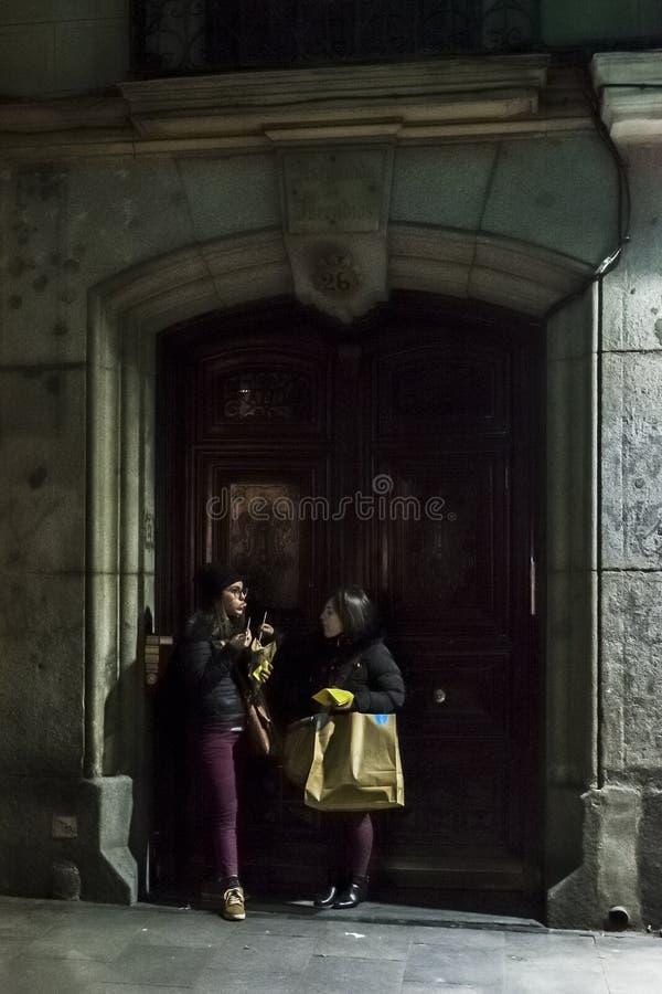 一个门道入口的少妇在晚上 免版税图库摄影