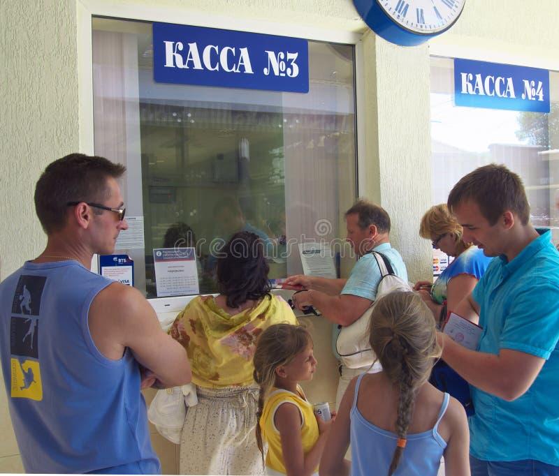 一个队列在Lazarevskoye驻地车票办公室 图库摄影