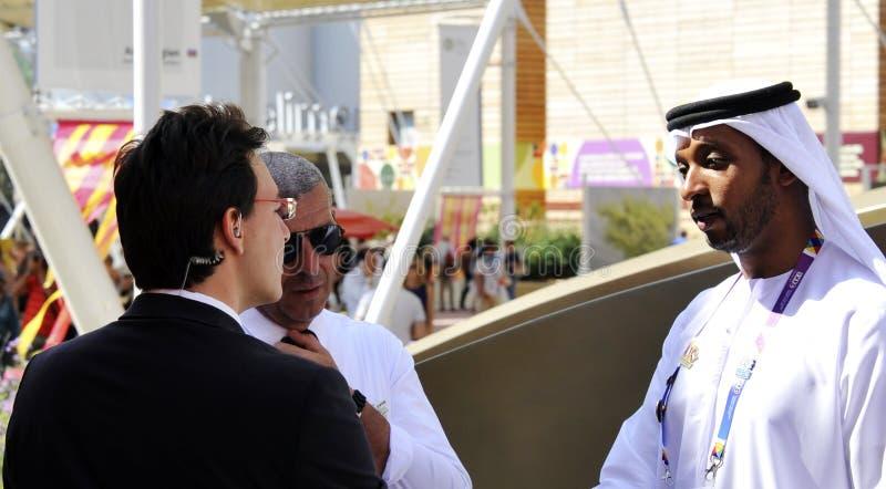 一个阿拉伯人和一个西部人握手作为和平的标志 免版税库存图片