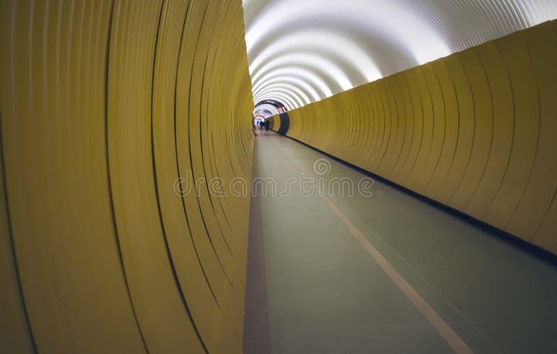 一个隧道的深刻的圆透视步行者和骑自行车者的 图库摄影