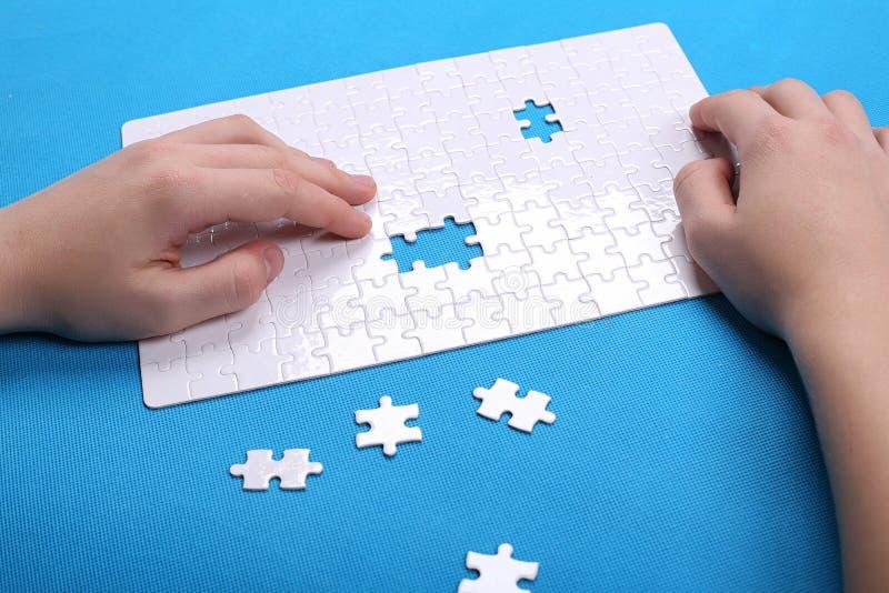 一个难题的白色细节在蓝色背景的 难题是pu 免版税图库摄影