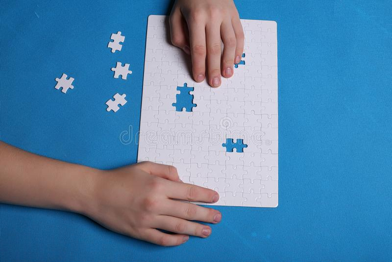 一个难题的白色细节在蓝色背景的 难题是pu 免版税库存图片