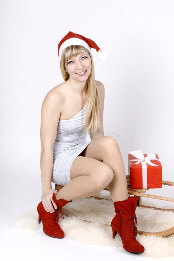 一个雪橇的妇女与礼物 免版税库存照片