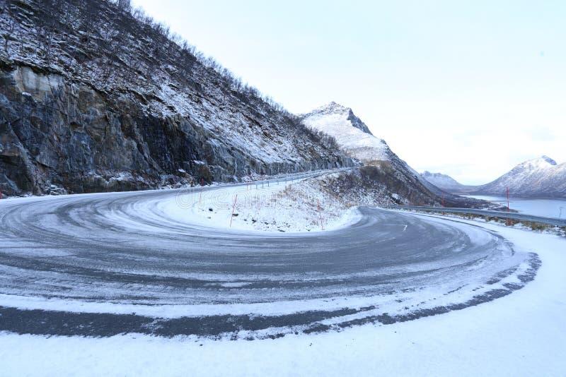 一个雪道弯的冬天风景在挪威 库存照片
