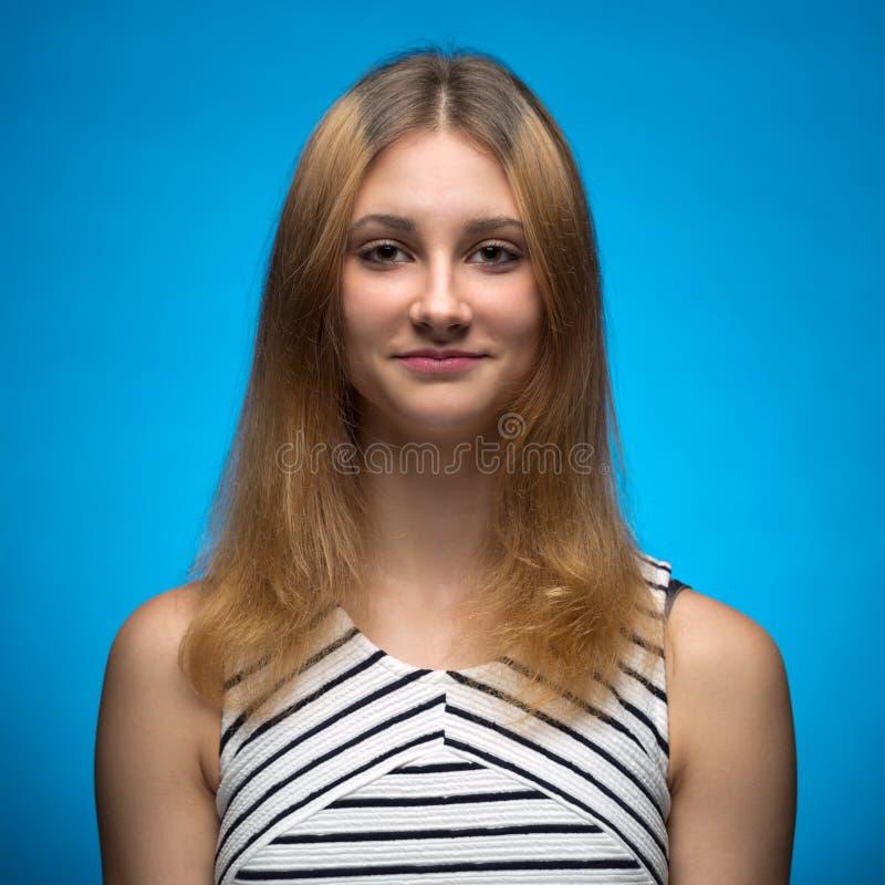 一个青少年女孩的画象在演播室 免版税库存图片