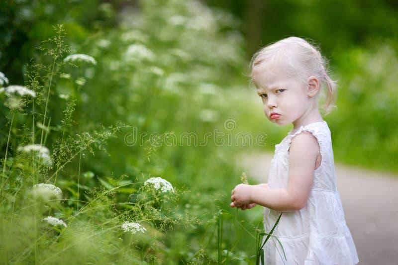 一个非常恼怒的小女孩的画象 免版税库存照片