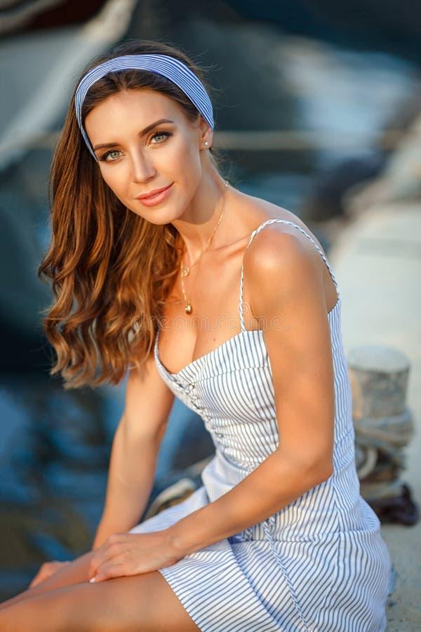 一个非常美丽的肉欲和性感的女孩的画象一蓝色str的 免版税库存图片