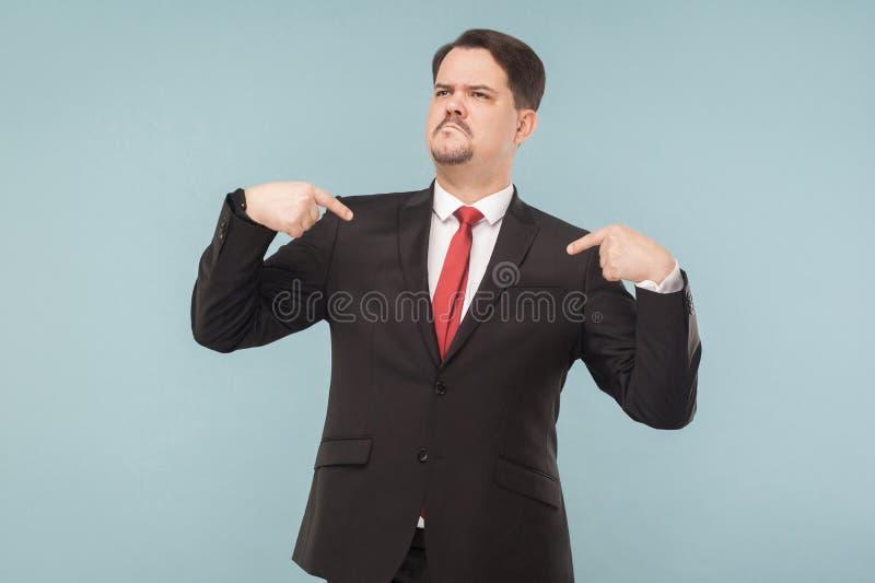 一个非常骄傲的人显示他的手指并且吹嘘 库存照片