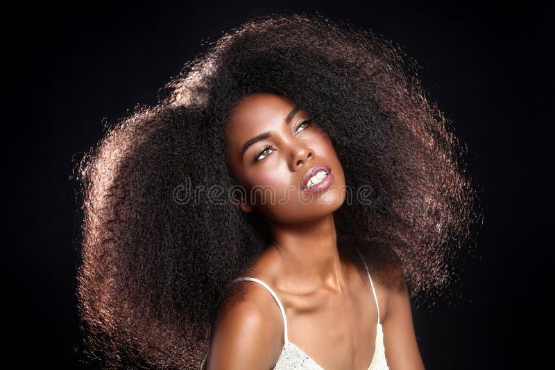 一个非裔美国人的黑人妇女的惊人的画象有大Ha的 免版税库存照片