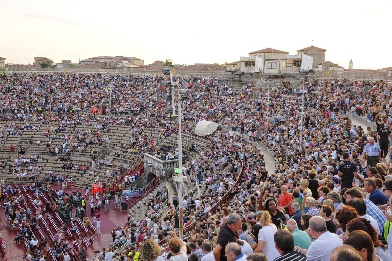 一个音乐会的旁观者在维罗纳竞技场  免版税库存图片