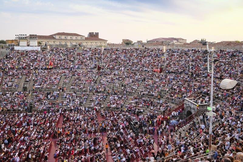 一个音乐会的旁观者在维罗纳竞技场  免版税库存照片