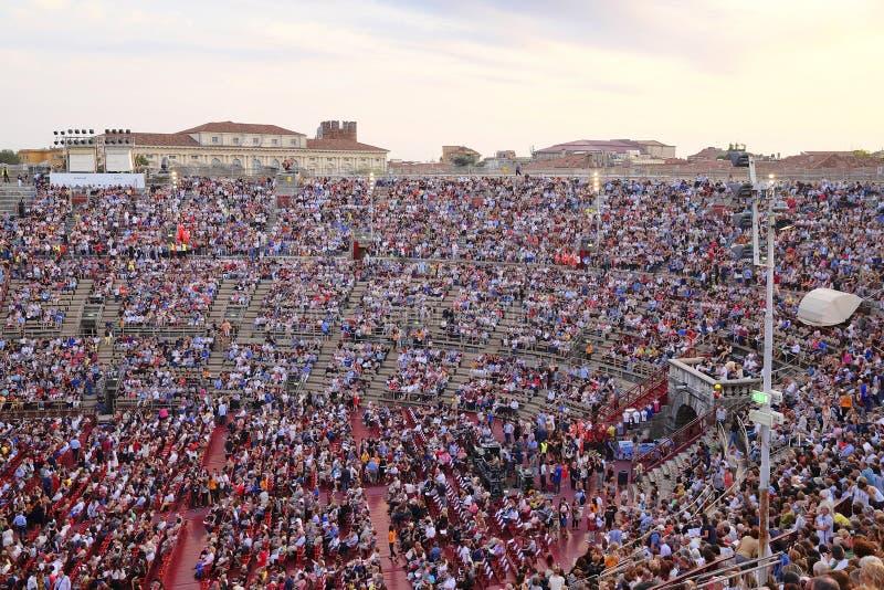一个音乐会的旁观者在维罗纳竞技场  库存图片