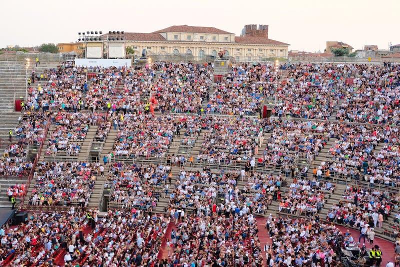 一个音乐会的旁观者在维罗纳竞技场  库存照片