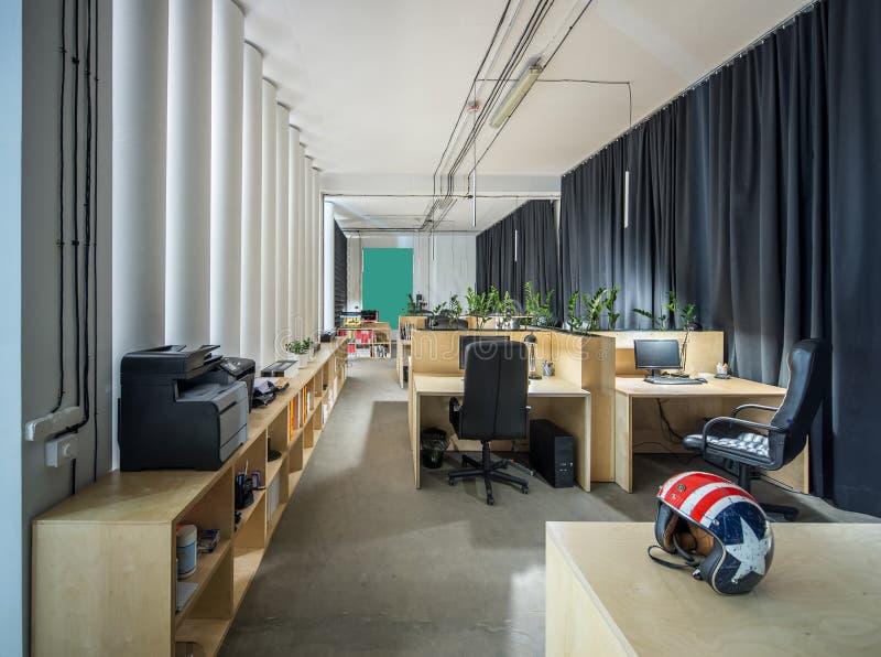 一个顶楼样式的办公室与白色墙壁和专栏 库存照片
