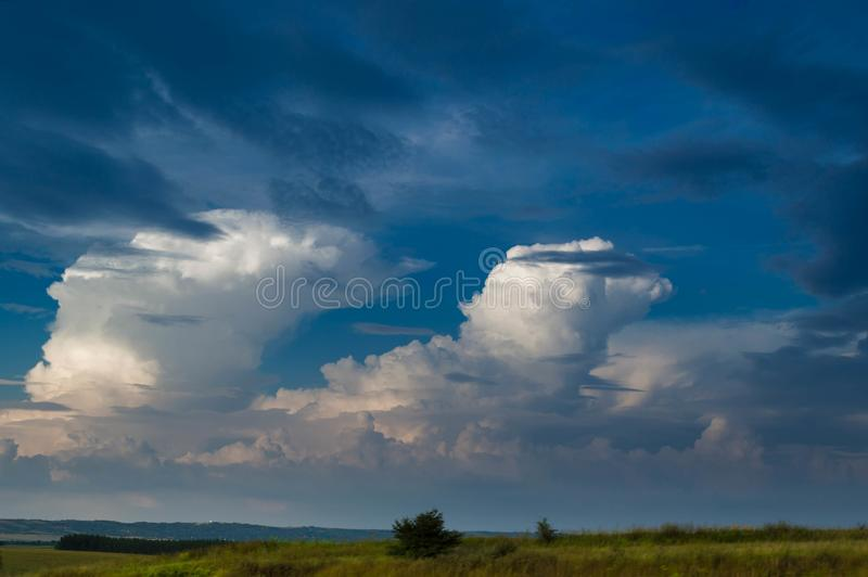 一个领域的风景看法反对多云天空的在日落 库存图片